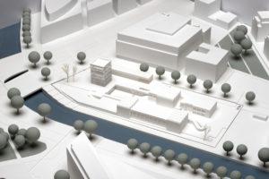Im Gegensatz zu den bestehenden Gebäuden wird der Neubau auch aus der Ferne gut zu sehen sein (Foto: H.-J. Wuthenow)